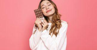 Imagem de menina com barra de chocolate